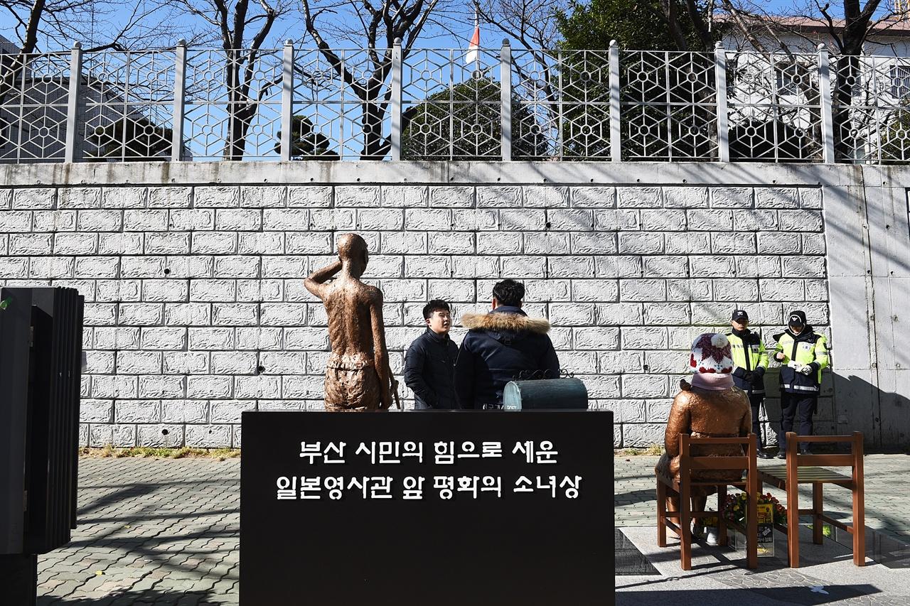 평화의 소녀상 주변 풍경  현재 강제징용 노동자상을 세우기 위한 1인 시위가 진행중이다