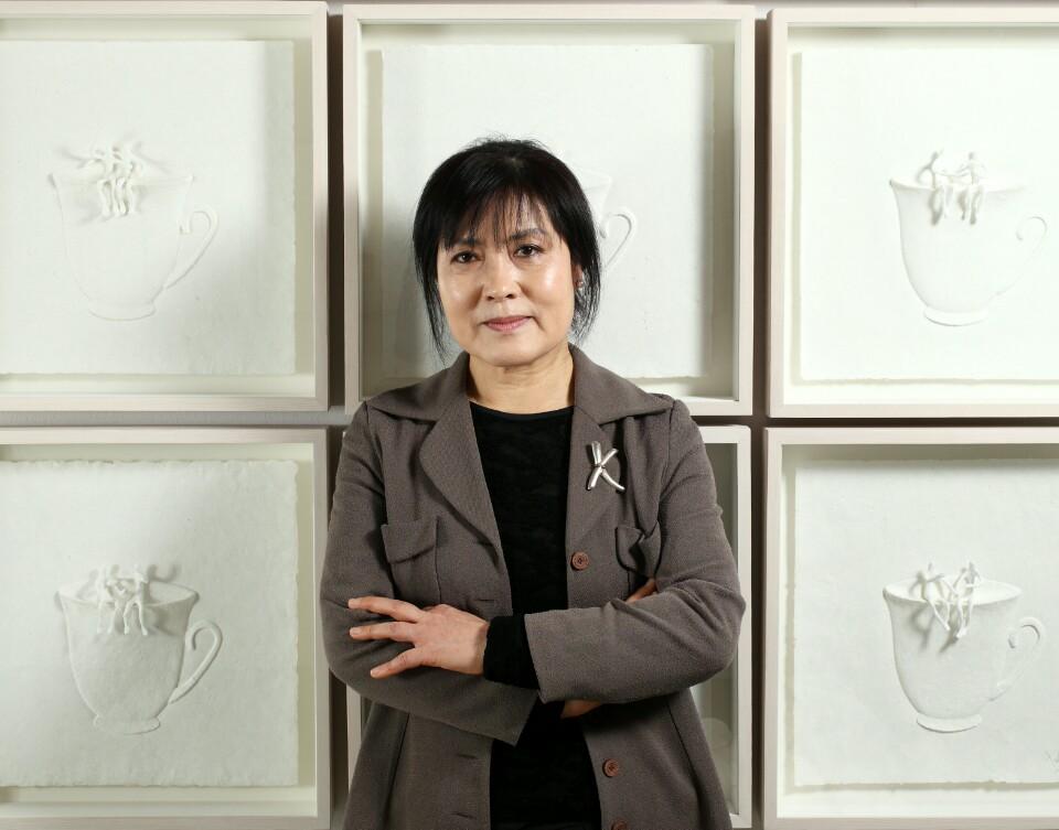 김영란 조각가가 그녀의  한지 조각작품 '소통' 앞에서 포즈를 쥐했다.