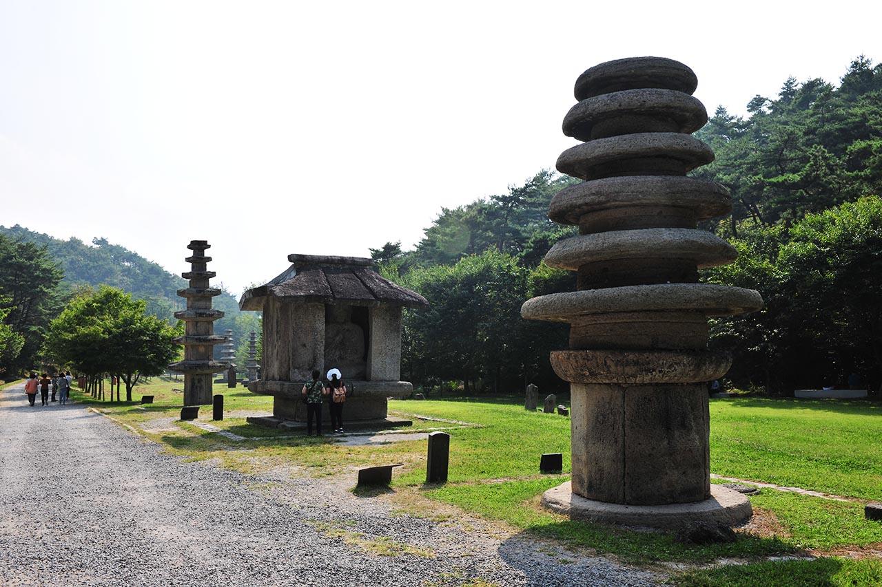 연꽃을 피우듯 사람들의 기원이 석탑으로 쌓인 운주사 천불천탑.