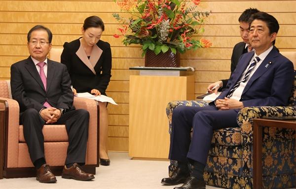 일본을 방문 중인 자유한국당 홍준표 대표가 14일 오후 일본 도쿄 총리 관저에서 아베 신조(安倍晋三) 일본 총리를 면담하고 있다.