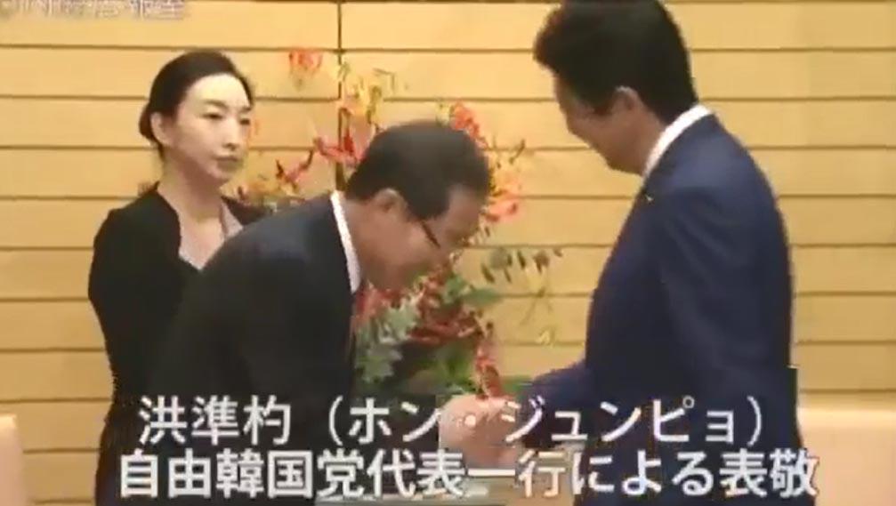 홍준표 자유한국당 대표가 지난 14일 도쿄에서 일본 아베 총리와 만나 인사하고 있다.