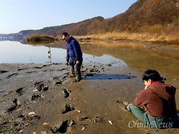 4대강 사업으로 강이 썩고 있다. 다큐멘터리 <4대강 부역자와 저항자들>을 위해 직접 시커먼 펄에 들어가 촬영을 하고 있는 안정호, 안민식 오마이TV 기자들