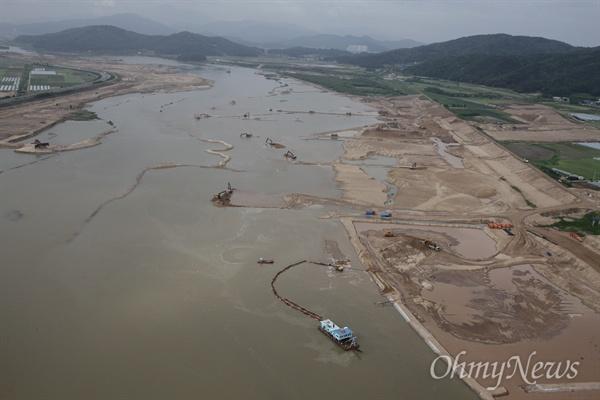 4대강 사업으로 강바닥이 파헤쳐지고 있는 모습