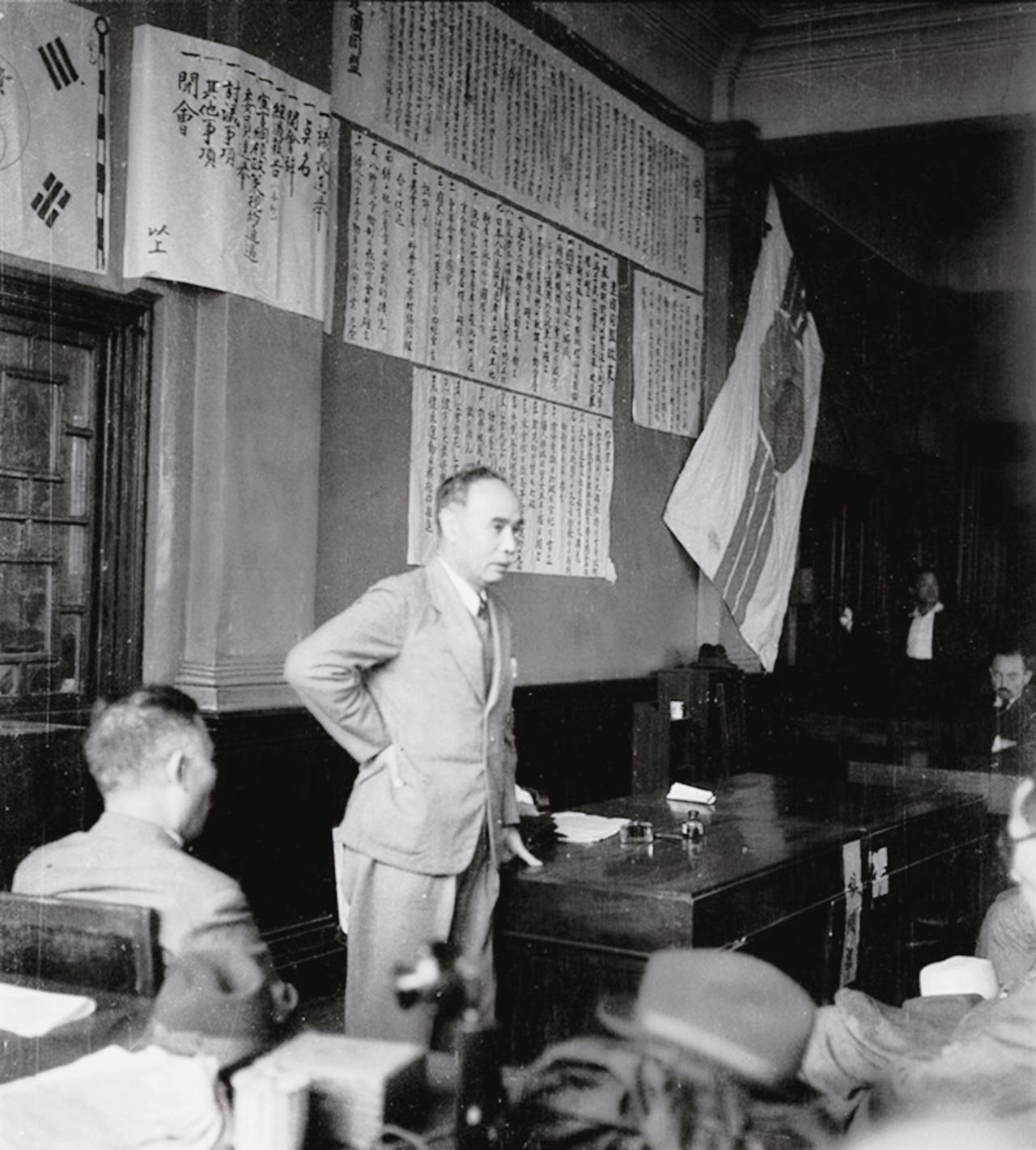 종로 YMCA 건물에 있었던 조선건국동맹 본부에서 인사말을 하는 몽양 여운형(1945. 8.)