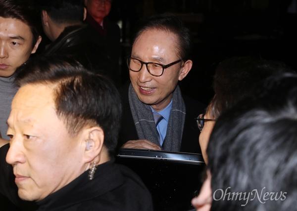 기자 질문 뒤로한 채, 떠나는 MB 이명박 전 대통령이 트리플데이를 앞두고 18일 오후 서울 강남구 신사동의 한 식당에서 친이계 전·현직 수석 및 의원들과 송년 회동을 마친 후 기자들의 질문을 뒤로한 채 차량에 오르고 있다.