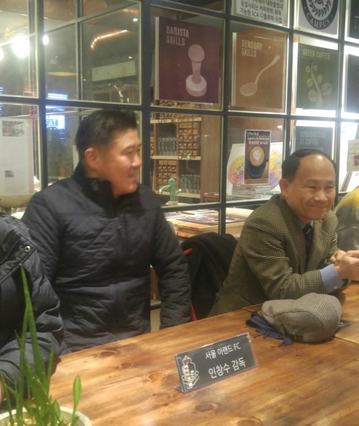 서울 이랜드 팬 간담회에 참석한 인창수 감독(왼쪽)과 김현수 신임 대표이사(오른쪽)