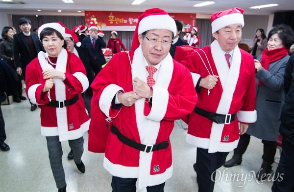 자유한국당 홍준표 대표가 19일 오후 서울 강서구 경향지역아동센터에서 '홍산타와 함께하는 희망나눔 행사'에 참석해 산타복장을 하고 선물 가방을 들고가고 있다.
