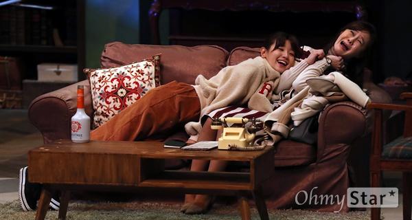 '앙리할아버지와 나' 박소담, 여심도 녹일 애교 배우 박소담이 19일 오후 서울 대학로의 한 공연장에서 열린 연극 <앙리할아버지와 나> 프레스콜에서 열연을 하고 있다. <앙리할아버지와 나>는 프랑스 극작가 이방 칼베락의 작품으로 고집불통 할배와 상큼발랄 대학생의 특별한 우정을 그린 연극이다.12월 15일부터 2월 11일까지 공연.