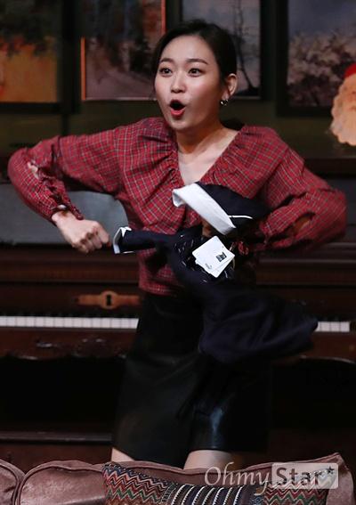 '앙리할아버지와 나' 김슬기, 사랑스러운 상큼발랄 배우 김슬기가 19일 오후 서울 대학로의 한 공연장에서 열린 연극 <앙리할아버지와 나> 프레스콜에서 열연을 하고 있다. <앙리할아버지와 나>는 프랑스 극작가 이방 칼베락의 작품으로 고집불통 할배와 상큼발랄 대학생의 특별한 우정을 그린 연극이다.12월 15일부터 2월 11일까지 공연.