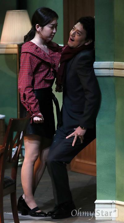 '앙리할아버지와 나' 김슬기, 남자는 슬기하기 나름 배우 김슬기가 19일 오후 서울 대학로의 한 공연장에서 열린 연극 <앙리할아버지와 나> 프레스콜에서 열연을 하고 있다. <앙리할아버지와 나>는 프랑스 극작가 이방 칼베락의 작품으로 고집불통 할배와 상큼발랄 대학생의 특별한 우정을 그린 연극이다.12월 15일부터 2월 11일까지 공연.