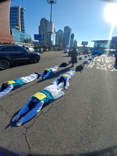 19일 오후 KTX해고승무원들이 서울역에서 청와대까지 '복직'을 바라며 오체투지를 했다.