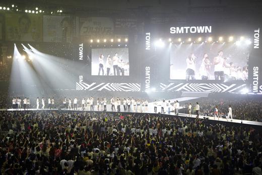 지난 8월 홍콩에서 성황리에 열린 SM타운 콘서트.  이런저런 악재도 있었지만 올해 SM은 업계 1위 다운 행보를 이어갔다