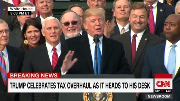 도널드 트럼프 미국 대통령의 대규모 감세 법안 통과 연설을 중계하는 CNN 뉴스 갈무리.