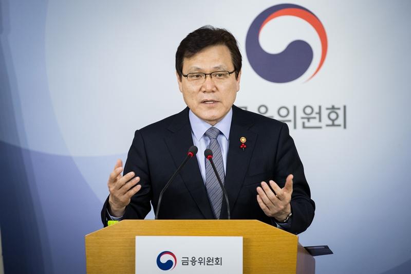 21일 최종구 금융위원장이 정부서울청사 통합브리핑실에서 기자간담회를 열고 기자들의 질문에 답변하고 있다.