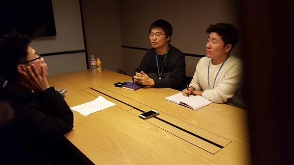 < MBC 스페셜>의 김정민(왼쪽), 김호성(오른쪽) PD가 이영광 시민기자와 인터뷰를 하고 있다.