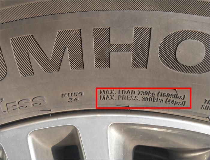 타이어 표면을 자세히 살펴보면 최대 타이어 공기압(MAX. psi)이 표기되어 있다.