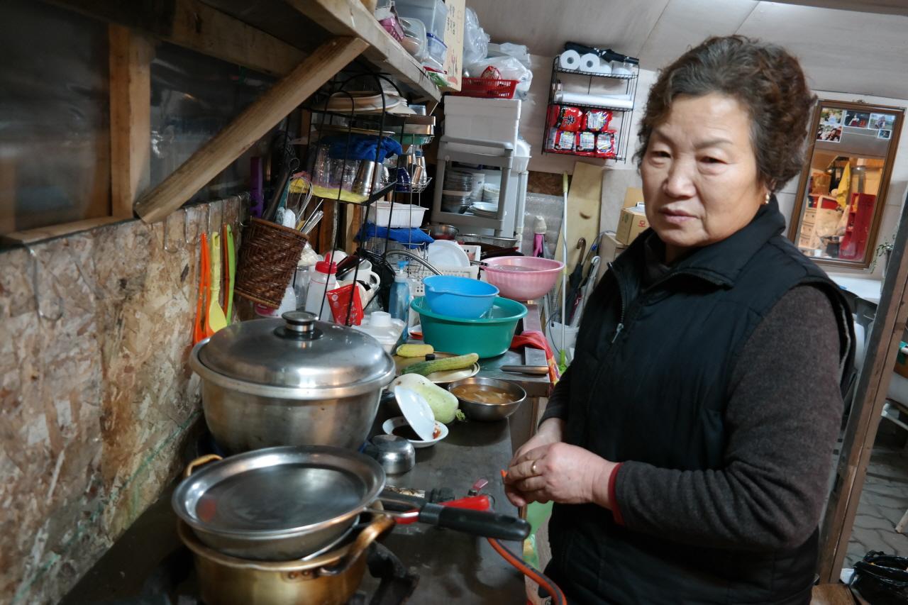 15일 오후 서울 마포구 지하철 공덕역 인근 경의선 공유지(폐선 부지)에 자리잡은 주점 '거인포차'를 운영하는 조용분(73)씨가 멸치 육수를 끓이고 있다.
