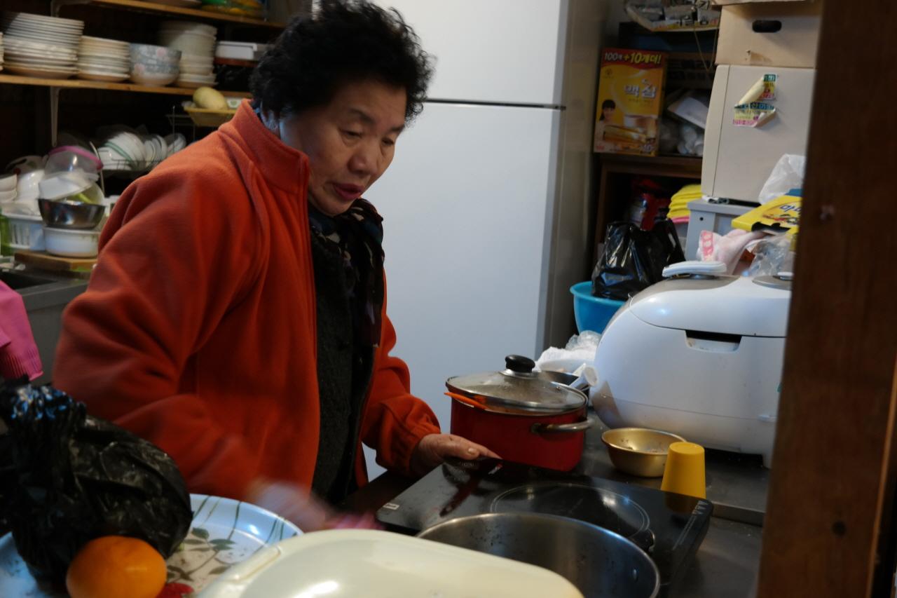 15일 오후 서울 마포구 지하철 공덕역 인근 경의선 공유지(폐선 부지)에서 포장마차 '코끼리 레스토랑'을 운영하는 전영순(69)씨가 조리대를 정리하고 있다.