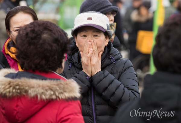 22일 오후 충북 제천 제천스포츠센터 화재현장에서 주민들이 현장을 보며 안타까워하고 있다.
