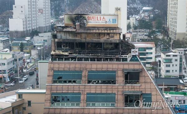 지난 21일 오후 충북 제천 스포츠센터에서 발생한 화재로 29명이 사망하는 참사가 발행한 가운데, 22일 오후 사고 현장의 모습.