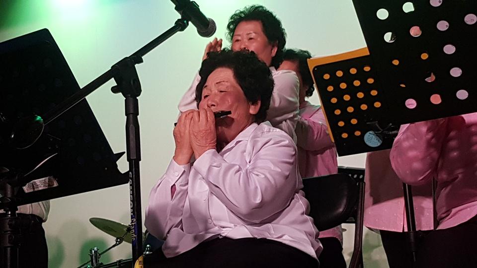 지난 21일 오후 충남 청양에서는 세대를 뛰어 넘어 음악으로 하나되는 지역공동체 '수다보다 노래, 혼자보다 함께'라는 주제로 음악회가 열렸다. '실버하모닉스'의 단원인 할머니가 하모니카를 연주 하고 있다.