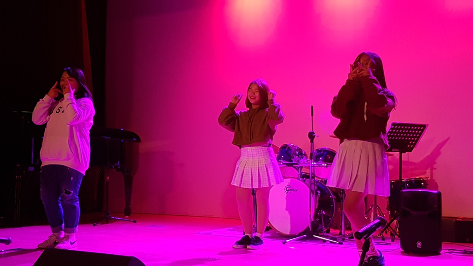 21일 오후 청양문화예술회관 소공연장에서 열린 음악으로 하나되는 지역공동체 '수다보다 노래, 혼자보다 함께'공연에서 세대를 뛰어 넘어 초등학교 6학년 학생들이 댄스를 공연하고 있다.