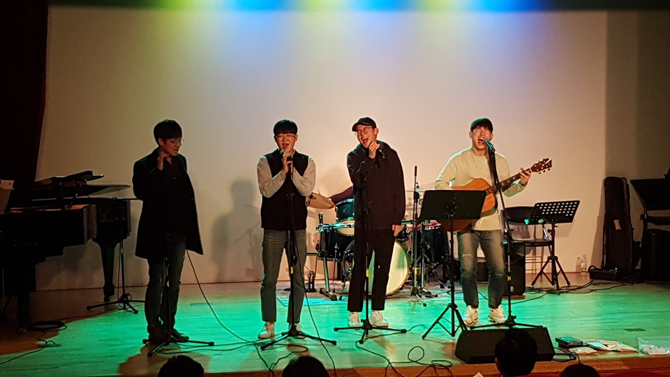 지역의 문화 동량으로 2,30대로 구성된 지역의 청년작당 '청문회담'이 김광석의 노래 '먼지가 되어'를 부르고 있다.