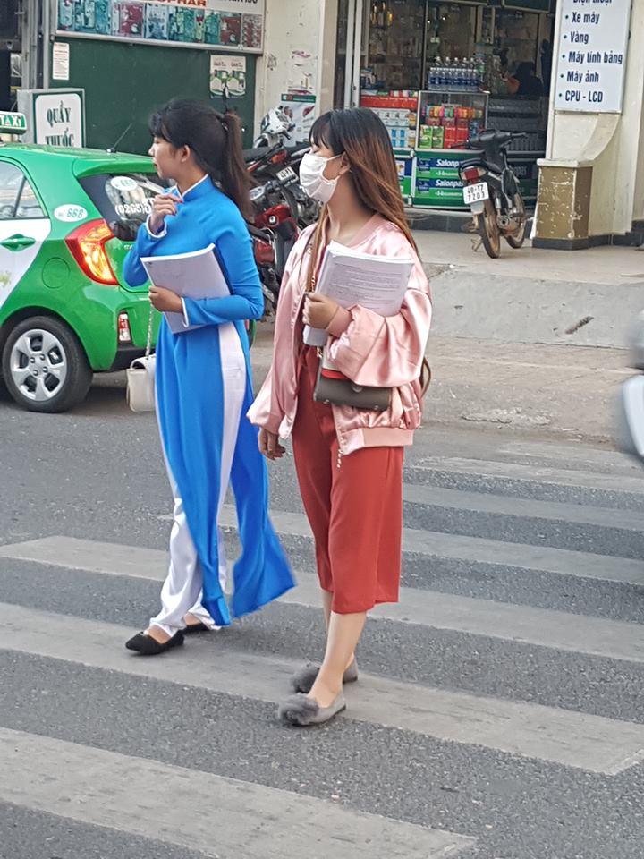 베트남 여성의 전통옷인 '아오자이'를 입은 달랏대학교 학생.
