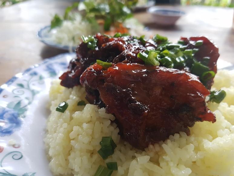 쌀밥 위에 고기를 얹은 덮밥. 베트남 사람들이 일상적으로 먹는 음식이다.
