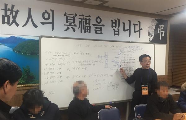 제천 스포츠센터 화재 희생자 유가족 대표 류건덕씨가 국과수의 현장 감식에 동행해서 확인한 부분들을 기자들에게 설명하고 있다.