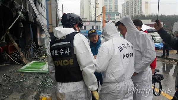 권석창 자유한국당 의원이 화재 참사 현장 안으로 들어가려다 경찰이 저지하자 경찰 고위직에게 전화를 건뒤 들어서고 있다.