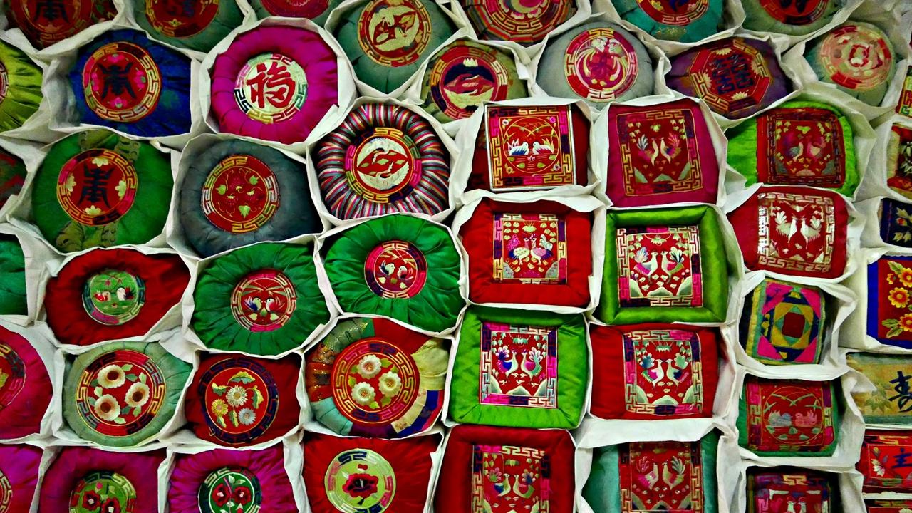 100여 개 베개에 새긴 전통자수 자수에는 각각의 문양과 이를 이루는 독특한 자수 기법이 있다. 바위에는 자리수를 뜨고, 잎에는 가림수를 쓴다. 자수는 노리개, 손거울 같은 규방의 물건부터 방석과 관리의 흉배, 왕좌의 배경 병품까지 폭넓게 제작 향유되었다.