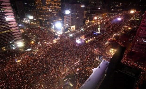 박근혜퇴진 촛불대회 박근혜퇴진을 외치면서 2016년 10월 부터 약 6개월 동안 1700만 명이 전국 각지에서 촛불을 들었다. 박근혜는 탄행되었으나 당시의 구호였던 대한민국은 민주공화국이다.처럼 국민이 주인이 되려면 무엇을 해야하는가? 인터넷 인용