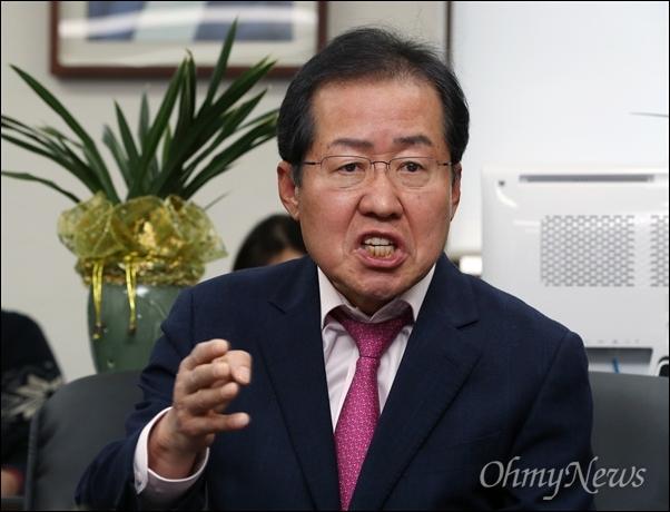 항소심에서 무죄 판결을 받은 홍준표 당시 경남지사의 경남도청 서울 사무실 기자회견 모습