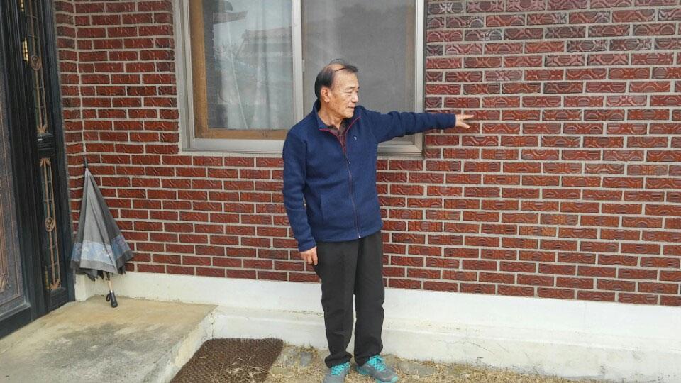 김재권 숙부들의 목이 베어진 시신이 놓여진 대청마루가 있었던 곳을 가르키는 김재권
