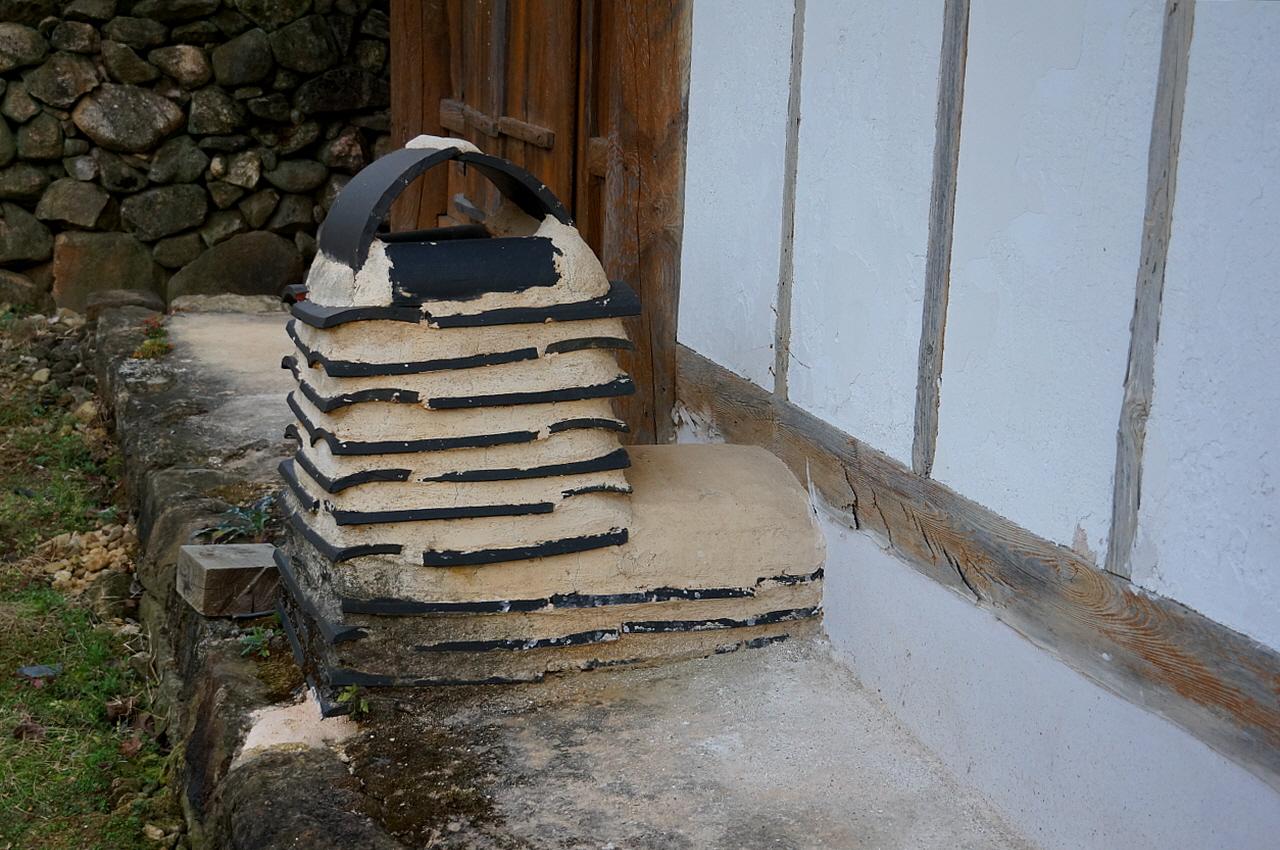 노봉정사 굴뚝  암키와로 몸에 줄무늬를 내고 연가 또한 암키와로 둥글게 만들었다.
