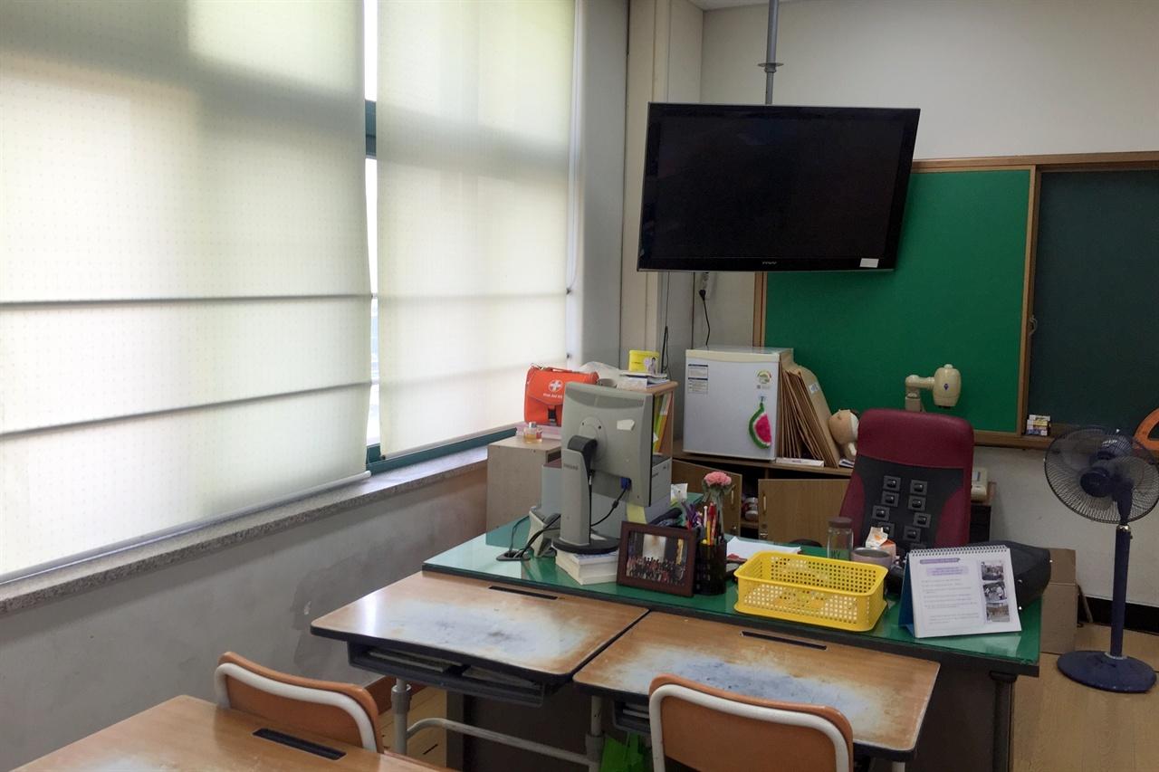 꿈담교실 공사 전 교실 사진. 텔레비전이 천장 가까운 곳에 매달려 있다.