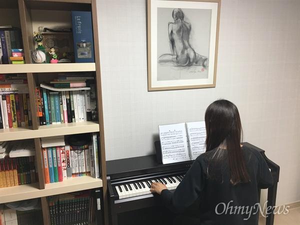 피아노 연주 중인 윤아무개씨 모습