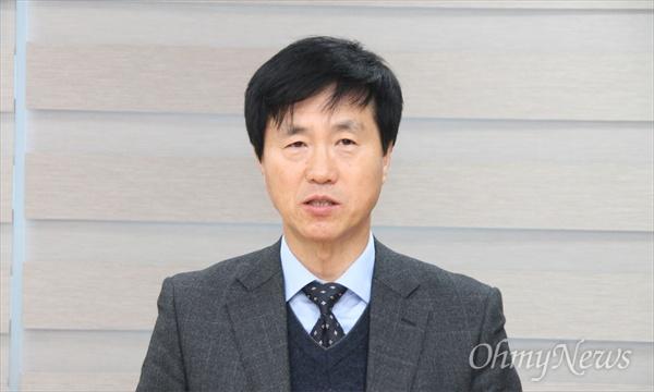 성광진 대전교육연구소 소장이 27일 대전진보교육감 경선 후보 등록을 마친 뒤 기자회견을 하고 있다.