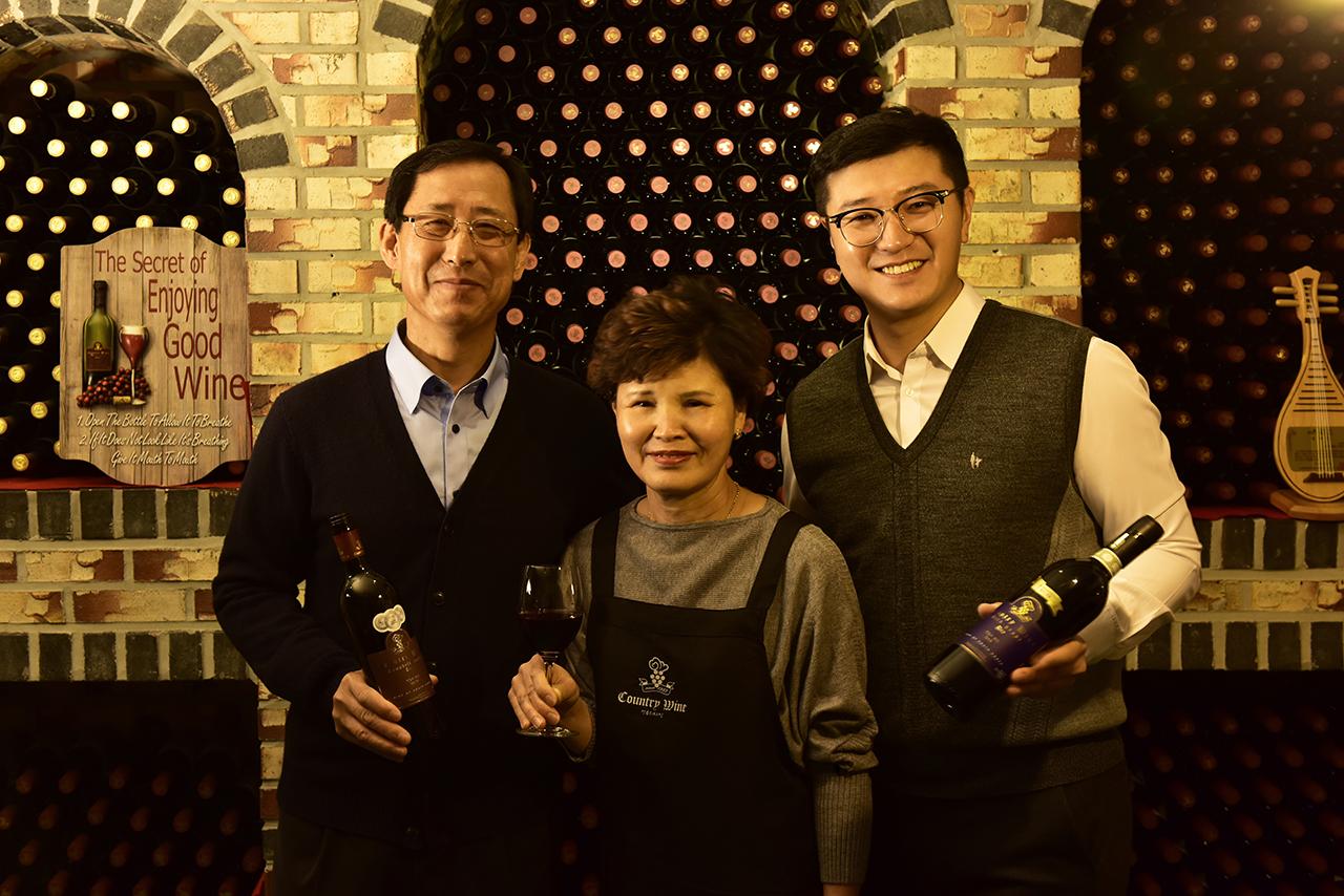 컨츄리와인은 가족 경영 농가형 와이너리다. 왼쪽이 김마정씨, 가운데가 한춘화씨, 오른쪽이 김덕현 대표