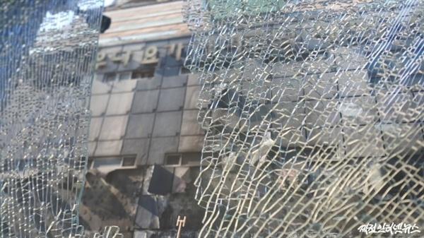 화재 사고로 인해 인근 안경점의 전면 유리가 파손됐다, 하지만 점포주는 유가족 보살핌에 더욱 치중할 것을 당부했다.