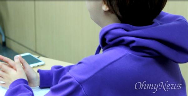 숙명여자대학교 3학년 김지연. 4월 21일 동국대학교 성추행 사건 공론화를 위한 팀 페미파워프로젝트 대표이자, 11월 21일에 숙명여대서 진행된 블루리본 캠페인 기획자다. 페미니즘을 위한 페미니즘 물품을 제작하는 일도 함께 진행한다.