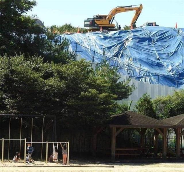 지곡초 공사 현장 지곡초등학교 바로 뒤편으로 공사가 진행되고 있어 학생들의 안전이 위협받고 있다.