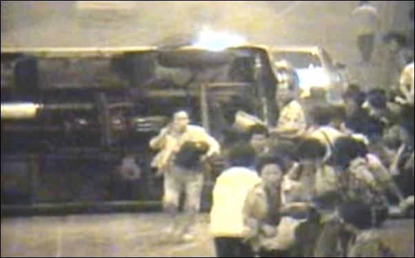 2003년 홍지문 터널 내에서 발생한 사고, 승객들이 불이 난 차량에서 대피하고 있다.