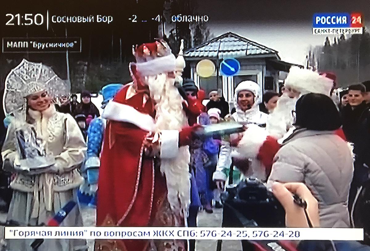 러시아 뉴스의 한 장면. 한국의 언론에도 이 행사가 보도되었는데, '러시아 신부와 핀란드 산타의 만남'으로 소개되었다.