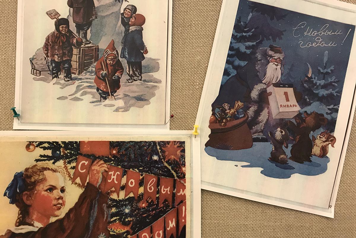러시아에서 '서리 할아버지(뎨드 마로스)'와 트리 '욜카'는 크리스마스가 아닌 신년의 상징이다. 사진은 러시아 국립도서관 현관에 게시된 삽화들로, 오른쪽에는 서리 할아버지가 선물을 배달하면서 신년 달력을 들어보이고 있고, 상단에 '신년축하'라고 쓰여 있다. 왼쪽 아래 트리 그림에도 '신년축하'라는 글귀가 붙어 있다.