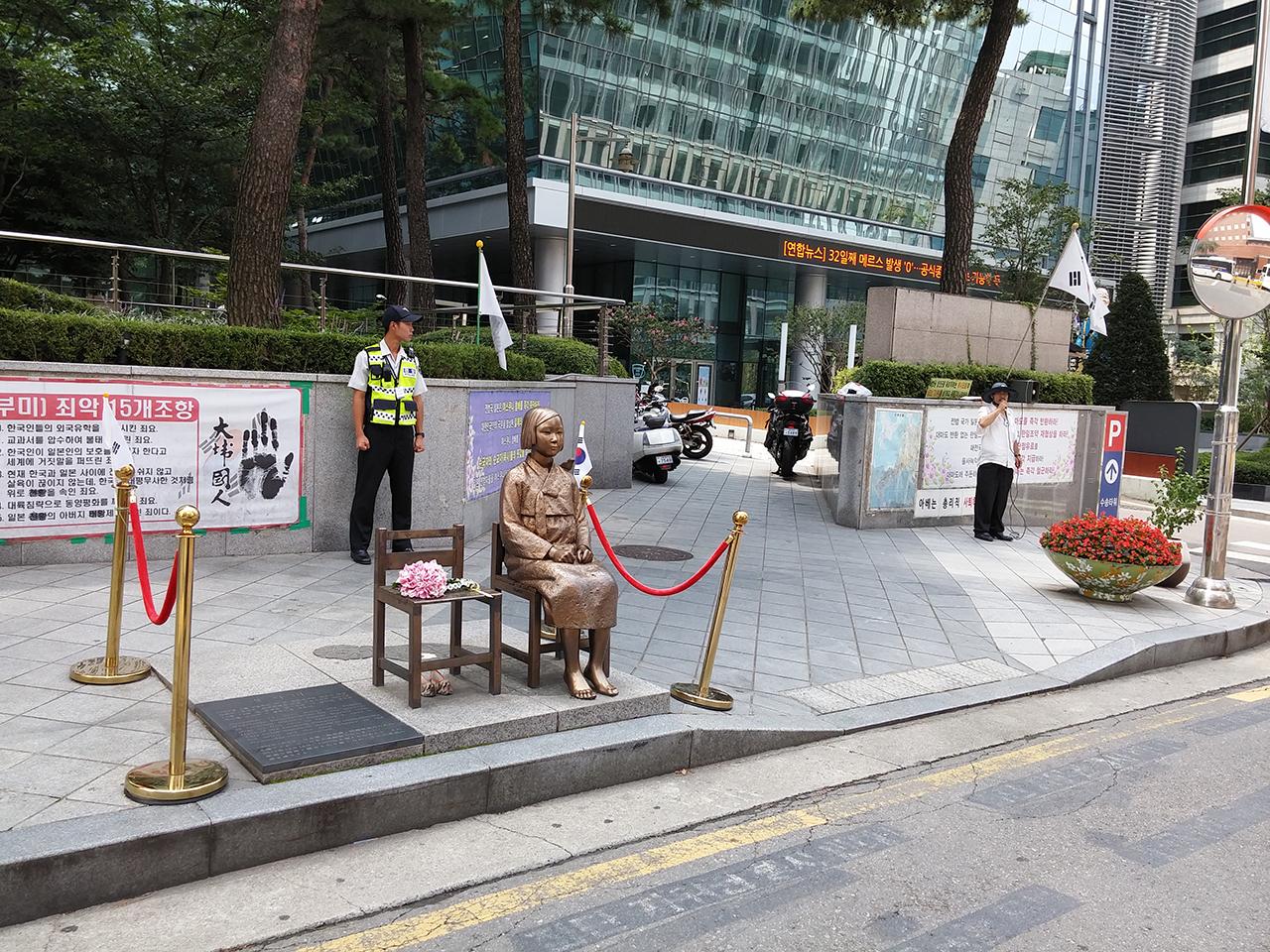 일본대사관을 응시하는 위안부 소녀상. 서울 광화문광장 동쪽에서 찍은 사진.