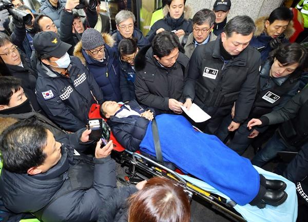 경찰 지명수배 상태로 더불어민주당 당사에서 단식농성을 해온 이영주 민주노총 사무총장이 27일 오후 서울 여의도 민주당 당사에서 나오고 있다.
