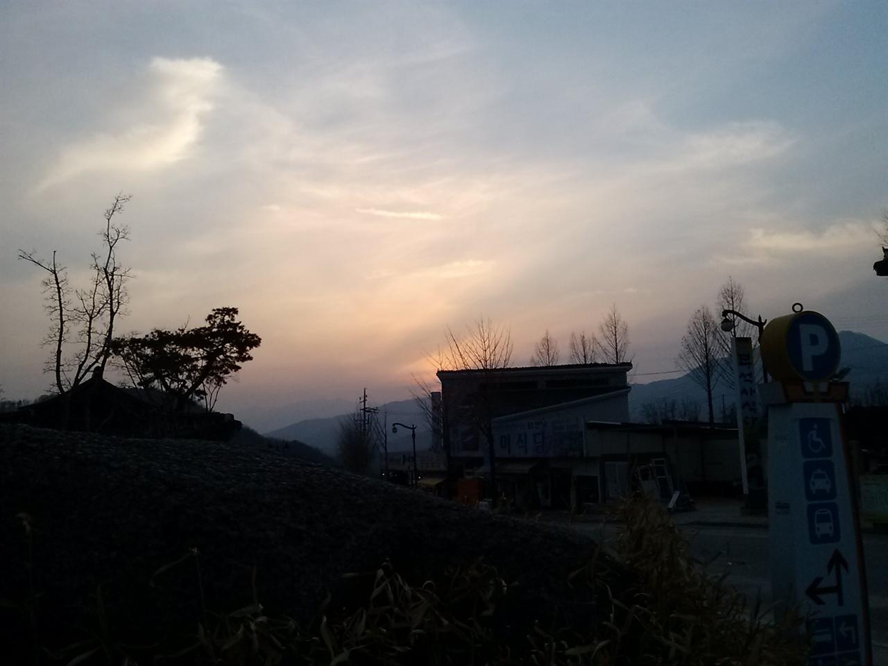 소백산 너머로 해가 지는 모습. 소백산의 낙조는 특히 부석사가 아름답기로 소문이 나 있다.