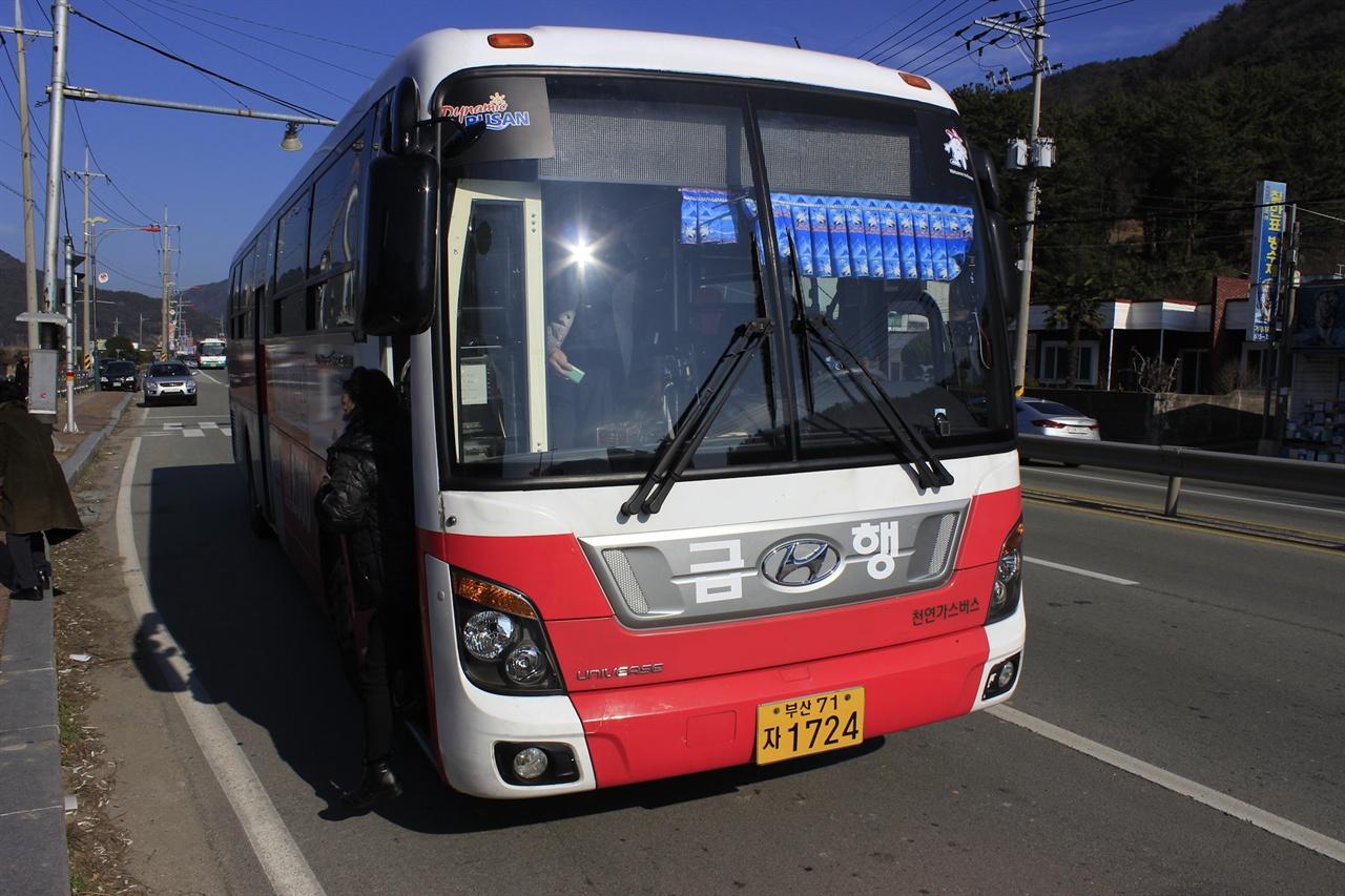 거제도와 부산을 잇는 '시내버스' 2000번. 다만 요금이 4200원 정도로 비싸고, 환승이 되지 않는 것이 흠이다.